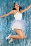 Jeune sauter de Brésilien euphorisme Femme habillée en tant que danseur pour images stock