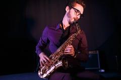 Jeune saxophoniste sur une étape Images stock