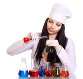 Jeune scientifique à la table avec des tubes à essai images stock