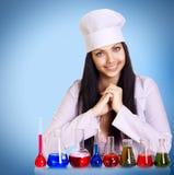 Jeune scientifique à la table avec des tubes à essai photos stock