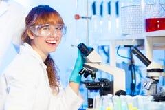 Jeune scientifique ayant l'amusement dans le laboratoire Photo libre de droits