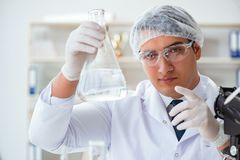 Jeune scientifique de chercheur faisant un expe de contamination d'essai d'eau image stock