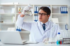 Jeune scientifique de chercheur faisant un expe de contamination d'essai d'eau images stock