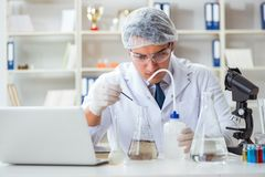 Jeune scientifique de chercheur faisant un expe de contamination d'essai d'eau photo libre de droits