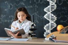 Jeune scientifique diligent étudiant la science dans le laboratoire photo libre de droits