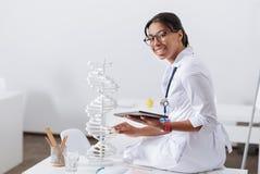 Jeune scientifique positif étudiant des chromosomes images libres de droits