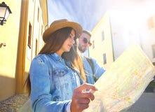 Jeune scooter heureux d'équitation de couples en ville Voyage beau de type et de jeune femme Concept d'aventure et de vacances Photographie stock libre de droits