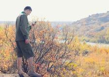 Jeune scout masculin Navigating un dispositif de boussole Photos stock