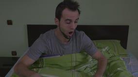 Jeune se réveiller beau d'homme effrayé banque de vidéos