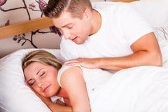 Jeune se réveiller de couples photographie stock libre de droits