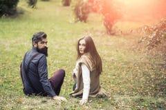 Jeune se reposer de couples extérieur Images stock