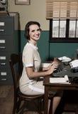 Jeune secrétaire de vintage au travail photographie stock libre de droits