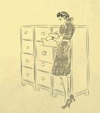 Jeune secrétaire recherchant des documents Photos stock
