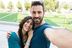 Jeune selfie de prise de couples Photos stock