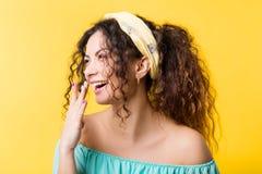 Jeune sentiment avec plaisir heureux d'?motion de femme de boho photos libres de droits