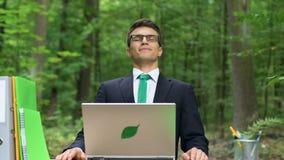 Jeune sentiment masculin détendu au travail, exercices de respiration d'anti-effort, concept banque de vidéos
