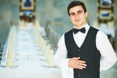 Jeune serveur au service dans le restaurant photo stock