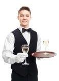 Jeune serveur de sourire tenant des verres de vin Images stock