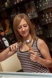 Jeune serveuse Serving Icecream Images stock