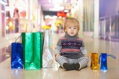 Jeune shopoholic dans le mail Photographie stock libre de droits