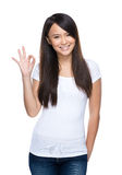 Jeune signe asiatique d'ok de femme photos stock