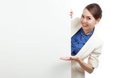Jeune signe asiatique de blanc de présent de femme avec la main de paume Photo stock