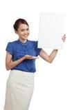 Jeune signe asiatique de blanc de présent de femme avec la main de paume Image stock