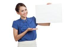 Jeune signe asiatique de blanc de présent de femme avec la main de paume Images stock