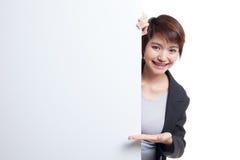 Jeune signe asiatique de blanc de présent de femme avec la main de paume Photographie stock libre de droits