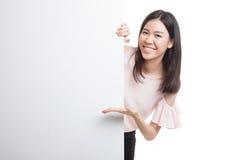 Jeune signe asiatique de blanc de présent de femme avec la main de paume Photos libres de droits