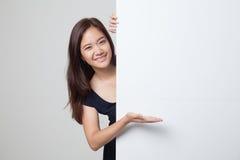 Jeune signe asiatique de blanc de présent de femme avec la main de paume Images libres de droits