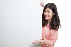 Jeune signe asiatique de blanc de présent de femme avec la main de paume Photographie stock