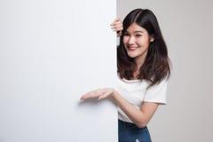 Jeune signe asiatique de blanc de présent de femme avec la main de paume Image libre de droits