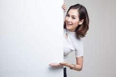 Jeune signe asiatique de blanc de présent de femme avec la main de paume Photos stock