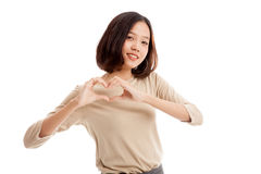 Jeune signe asiatique de main de coeur d'exposition de femme d'affaires Images stock