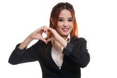Jeune signe asiatique de main de coeur d'exposition de femme d'affaires Photographie stock libre de droits