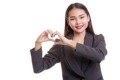 Jeune signe asiatique de main de coeur d'exposition de femme d'affaires Image libre de droits