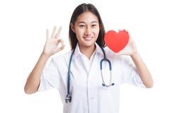 Jeune signe femelle asiatique d'OK d'exposition de docteur avec le coeur rouge Images libres de droits