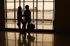 Jeune silhouette de couples dans l'aéroport Images stock