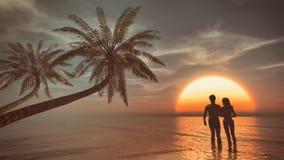 Jeune silhouette de couples sur une plage Images libres de droits