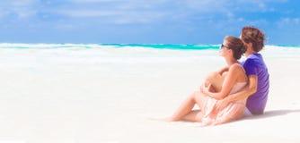 Jeune sittin de famille sur la plage et l'amusement de avoir Images stock