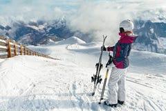 Jeune skieur féminin admirant la vue renversante Photo stock
