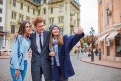 Jeune société drôle ayant l'amusement et riant dans la ville Photo libre de droits