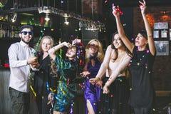 Jeune société gaie des amis dans la barre de club ayant l'esprit d'amusement Photographie stock