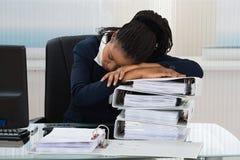 Jeune sommeil de femme d'affaires photos libres de droits