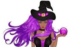 Jeune sorcière africaine dans le chapeau avec la boule magique à disposition Photographie stock libre de droits