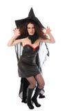 Jeune sorcière agressive pour Veille de la toussaint Photos stock
