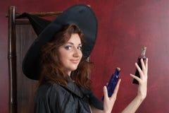 Jeune sorcière avec des breuvages magiques image libre de droits
