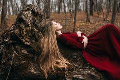 Jeune sorcière dans la forêt d'automne photographie stock libre de droits
