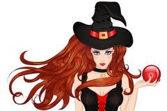 Jeune sorcière dans un chapeau avec une boule magique à disposition Photographie stock libre de droits
